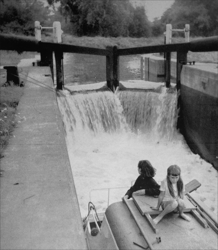 A lock on the Nene in 1963 - no need to draw paddles and no health and safety either!
